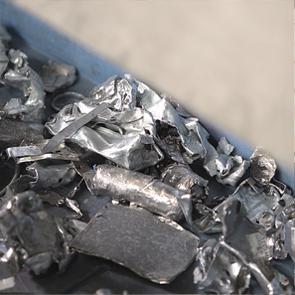 破砕機で粉砕された金属片